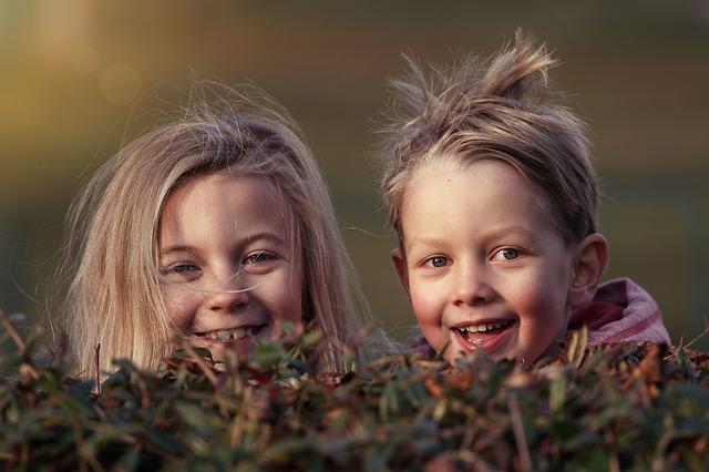 Kuvassa iloisia lapsia